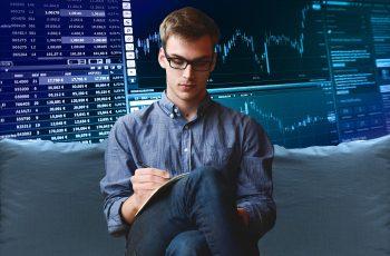 analista avaliando mercado